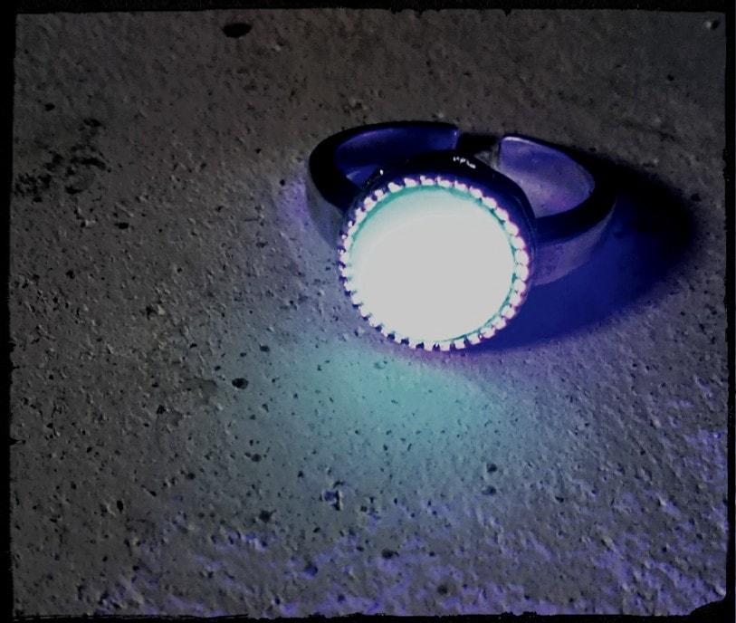 光るウランガラスのリング~満月の指輪