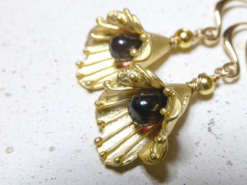 ガーネットと金のフリルの花のピアス