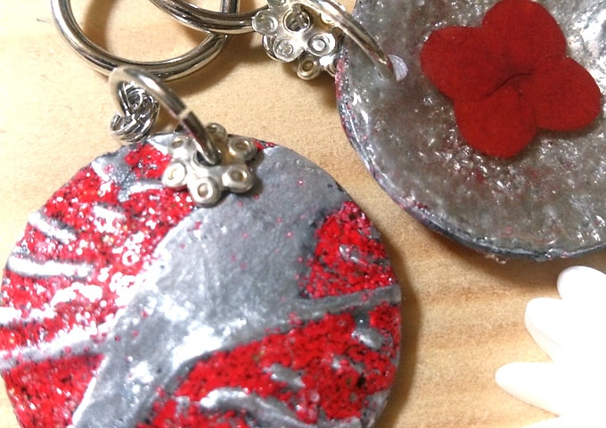 赤い押し花と鳥のイヤリング
