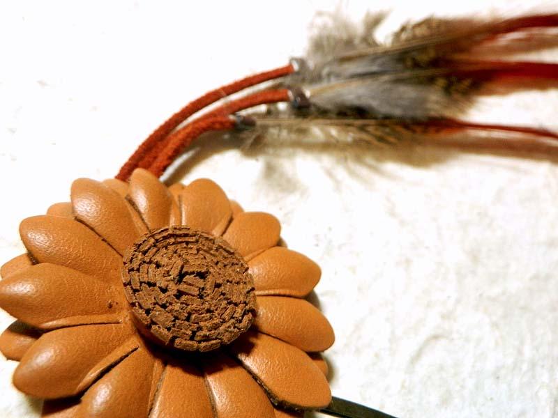 マーガレットと羽根のトライバルな髪飾り