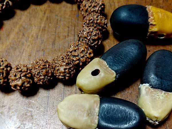 菩提樹の実とマカーの豆